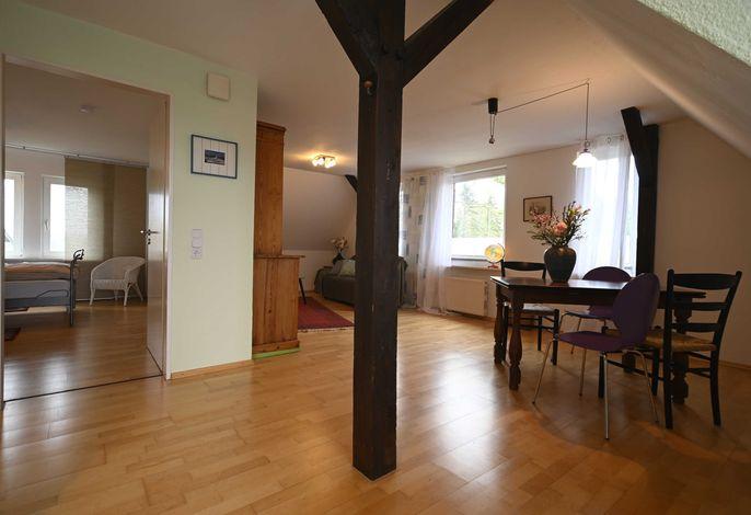 Wohn und Essbereich und Blick in das Schlafzimmer