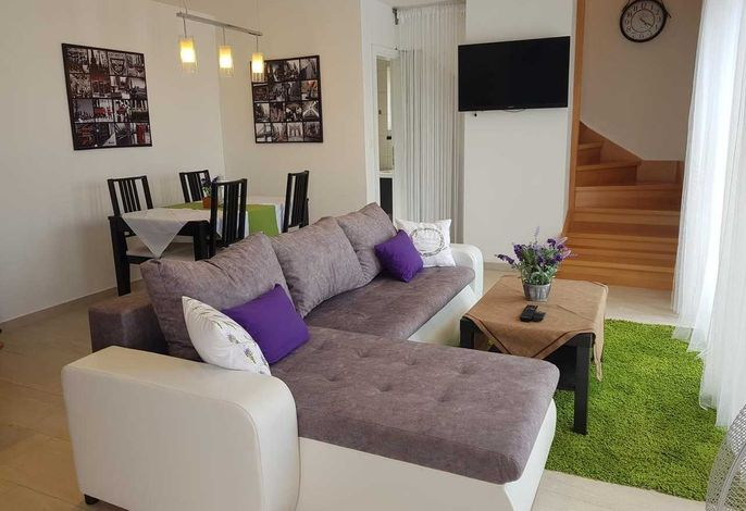 Gemütlicher Tisch + Couch