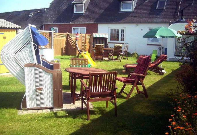 Garten mit Strandkörben und Gartenmöbel