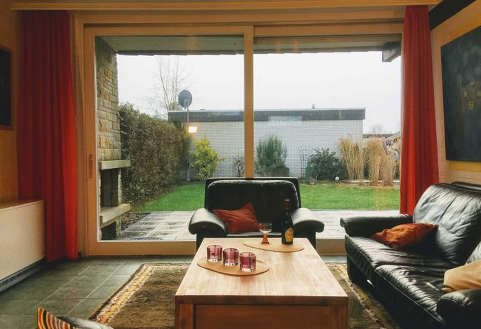 Der großzügige Wohnraum mit bequemem Sofa und Platz für die gesamte Familie.