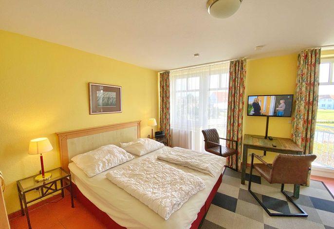 Wohnbereich mit integrierter Miniküche und Flachbild-TV