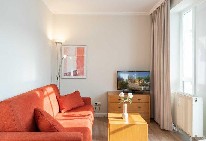 Wohnbereich mit TV und Sky