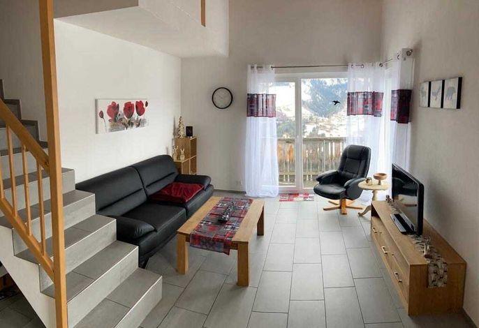 Wohnbereich mit Ausgang zum Balkon