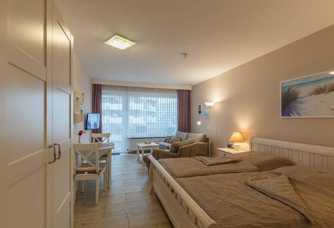 Wohnzimmer mit Zugang zum Balkon mit seitlichem Meerblick
