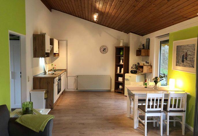 Blick in den Wohn- u. Essbereich mit offener Küche