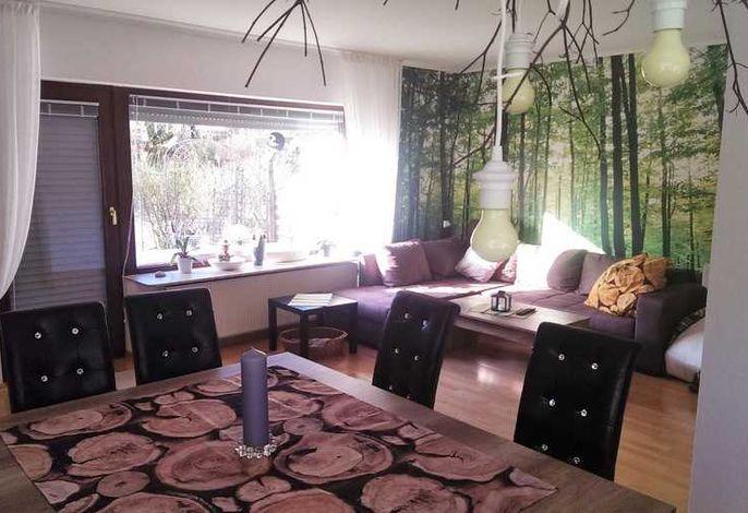 Stilvoll eingerichteter Wohn- und Essbereich