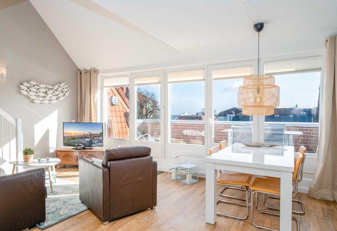 Lichtdurchfluteter Wohnraum mit Blick auf den Balkon