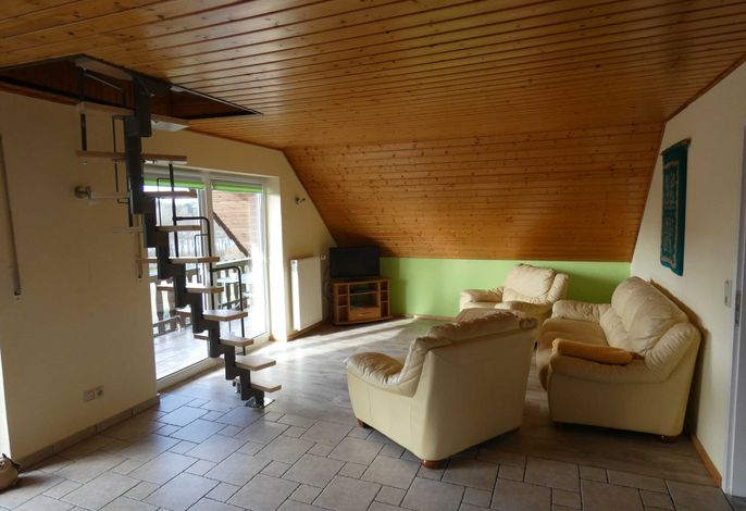 Wohnzimmer mit offener Küche, hier. Sitzecke mit Terrassentür