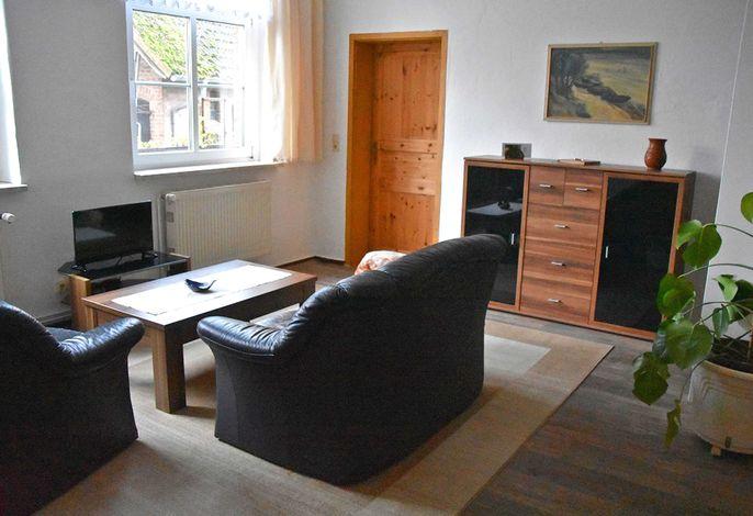 Wohnraum mit offener Küchenzeile und Essecke