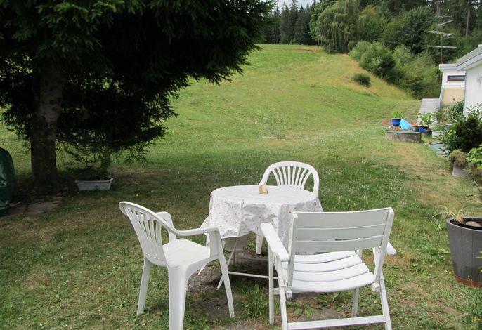 Im Garten einfach mal auf der Liegewiese chillen und entspannen.