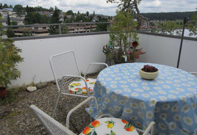 Schöne Terrasse auch mit Liegestühlen und Sonnenschirmen