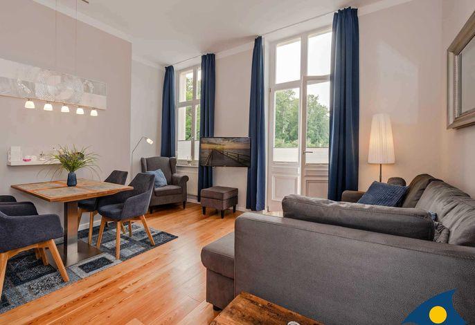 Wohnbereich mit Essecke und TV