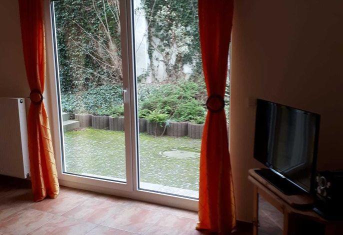 Wohnzimmer mit Blick auf die Terrasse Ferienwohnung am Gregoriusberg