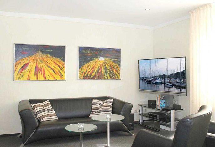 Seebach Whg. 13- Wohnbereich mit Sofa und TV Gerät