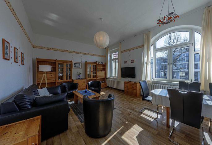 Großes Wohnzimmer mit Flachbildfernseher