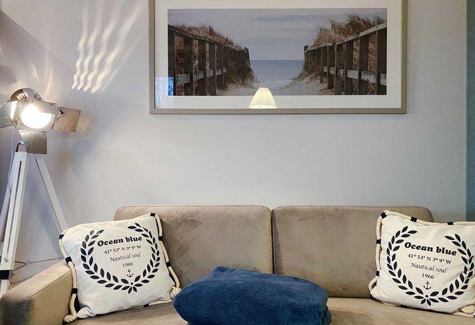 Sofa mit Dekokissen und Decke