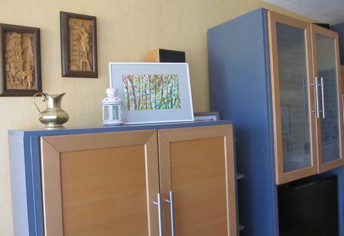 Wohnzimmer mit Bildern und Büchern