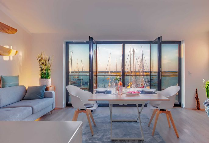 Offener Wohn- und Essbereich mit Yachthafenblick