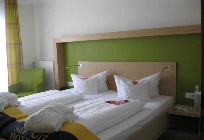Doppelzimmer zur Seite mit Balkon und Abendsonne