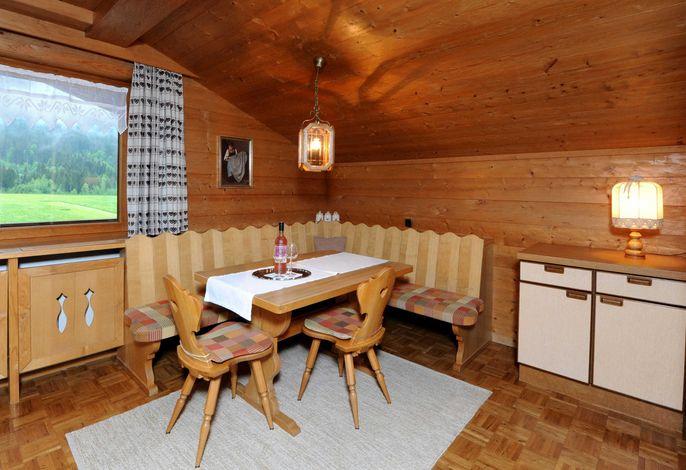 Apartment im 3. Obergeschoss mit privatem Balkon und Blick auf die Künzelspitze.  Wohnzimmer mit einer ausziehbaren Couch (180 x 200). Badezimmer mit Bad und WC.  Garderobe.  Inklusivleistungen in unseren Apartments: Bettwäsche Handtücher Haartrockner Geschirr und Besteck Kühlschrank Geschirrspüler Backofen Kaffeemaschine, Wasserkocher Flachbildschirm WLAN  Inklusivleistungen in unserer Pension: Schiraum mit Schuhtrockner für Berg- und Schischuhe gratis Skidepot in der Talstation der Bergbahnen Diedamskopf Skibushaltestelle direkt vor dem Haus. Die Bregenzerwald-Card ist bei einem Aufenthalt ab 3 Nächten im Zeitraum 1. Mai bis 31. Oktober im Preis inbegriffen. Mit ihr stehen Ihnen alle Bergbahnen, öffentlichen Verkehrsmittel und Freischwimmbäder im Bregenzerwald zur freien Verfügung.