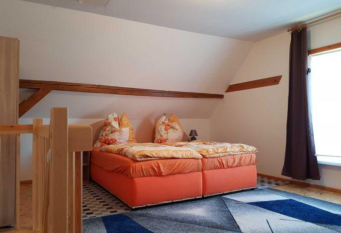 Schlafzimmer mit Etagenbett und Doppelbett
