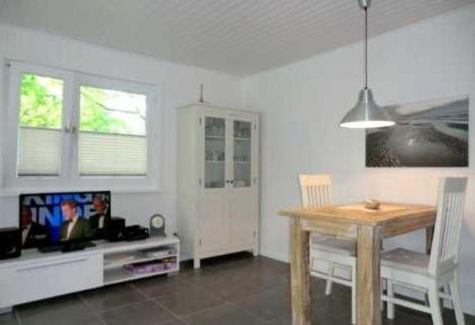 Das Wohn- und Esszimmer ist hell und freundlich eingerichtet.
