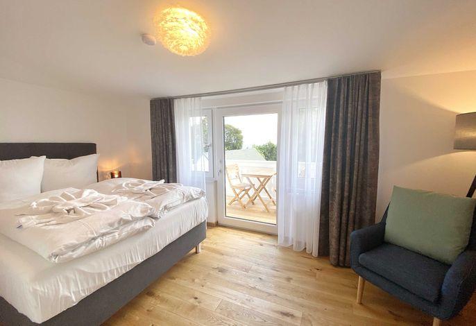 Schlafzimmer mit Balkon und Ostseeblick