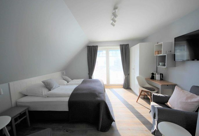 Unsere neuen Zimmer in unserem neuen Landhaus Nordstern möchten Sie mit dem hyggeligen und kuscheligem Wohngefühl willkommen heißen. Dieses Zimmer hat einen eigenen Balkon