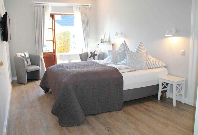 Willkommen, seien Sie unser Gast. Bei der Auswahl des neuen Ambientes stand die nordische Leichtigkeit im Vordergrund.  Dieses Zimmer bietet Ihnen eine eigene kleine Terrasse.