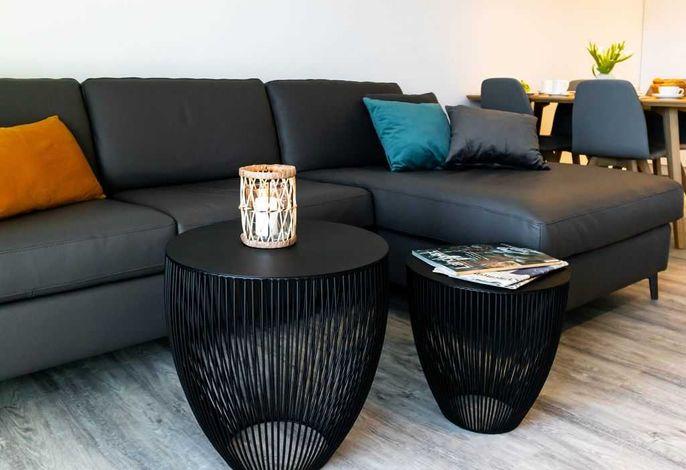 Hafenspitze App.1.03- großes Sofa im Wohnbereich