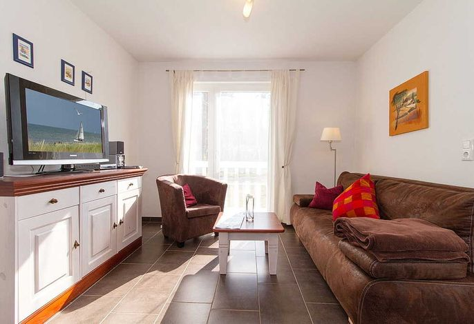 Wohnbereich mit Couch und Fernseher