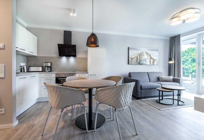 Wohn-/Essbereich mit Sitzgelegenheit und Küchentisch