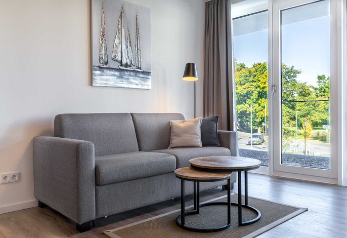 Wohn-/Essbereich Doppelschlafcouch und Couchtisch