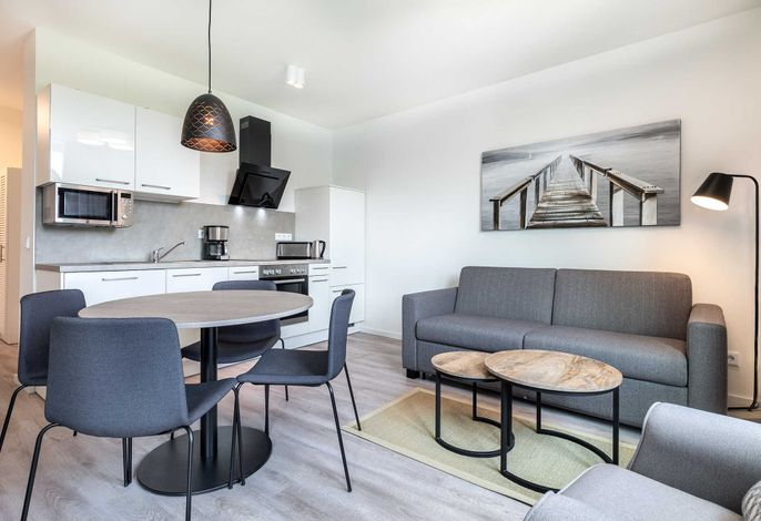 Wohn-/Essbereich mit offener Küche und Sitzgelegenheit
