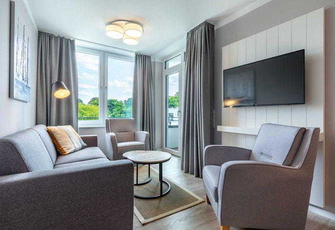Wohn-/Essbereich mit Sitzgelegenheit und Zugang zur Loggia