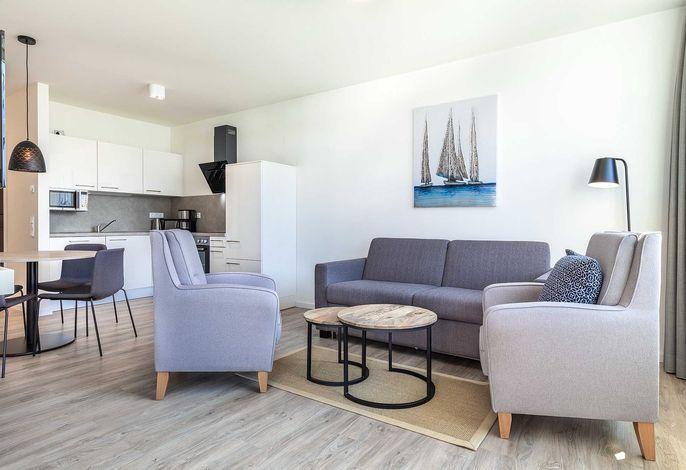 Wohn-/Essbereich mit Doppelschlafcouch und offener Küche