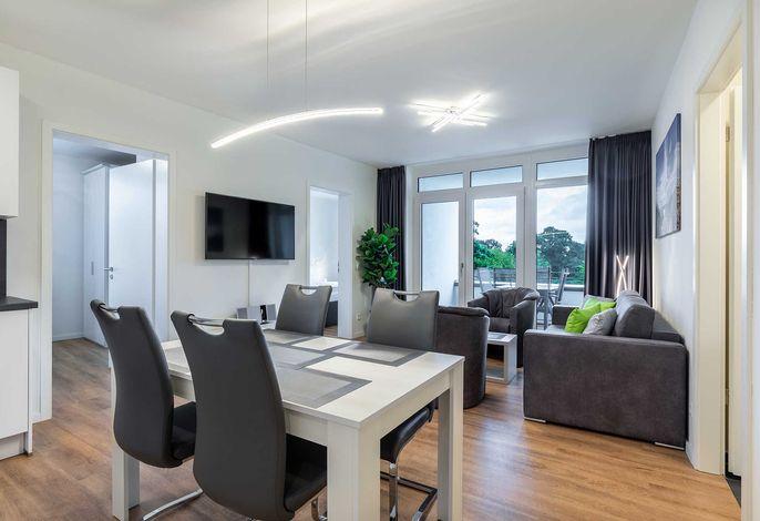 Wohn-/Essbereich mit Küchentisch und Sitzgelegenheit
