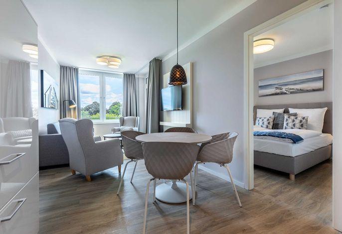 Wohn-/Essbereich mit Zugang zur Loggia und Schlafzimmer
