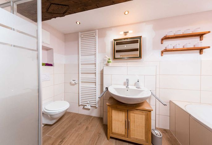 Bad mit Badewanne Dusche und WC