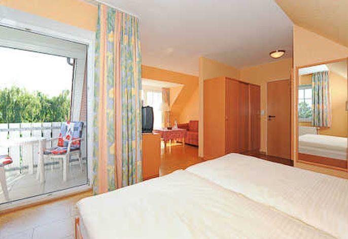 Schlaf-Raum und räumlich abgeteilter Wohnbereich