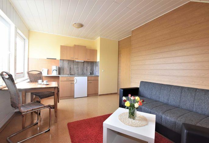 Gemütlicher Wohn- und Essbereich mit Küchenzeile