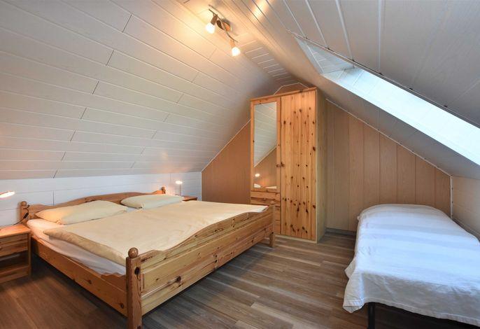 Schlafzimmer im oberen Bereich der Maisonette