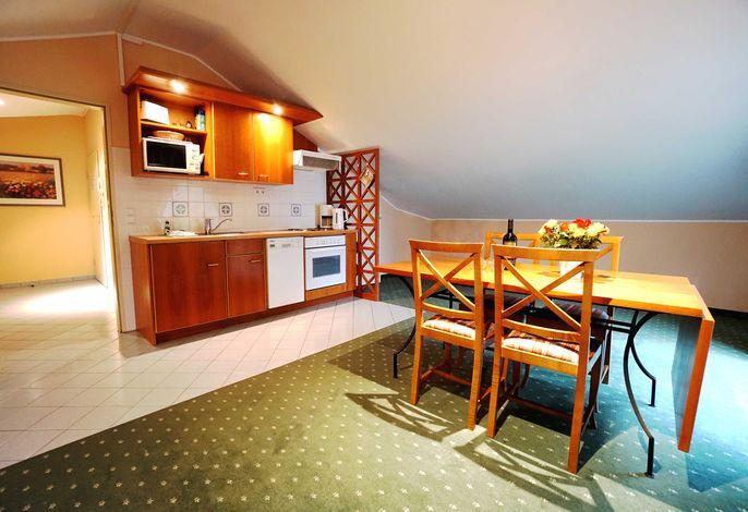 Esstisch mit Küchenzeile im Wohnraum