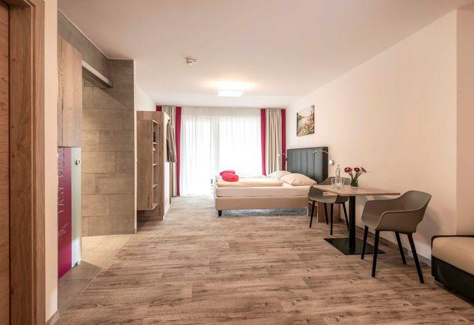 smart COMFORT Junior Suite - ca. 30qm, neu renoviert im Mai 2019, mit Boxspring Betten, einer gemütlichen (Schlaf)Couch sind die smartSUITES für bis zu 4 Personen geeignet. Begehbare Dusche, getrenntes WC, und einen Balkon mit Sitzgelegenheit und herrlichen Aussicht