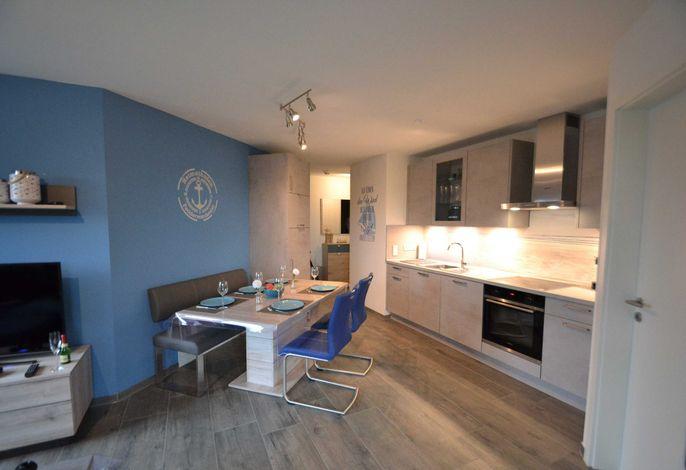 Modern eingerichteter Wohn- und Essbereich
