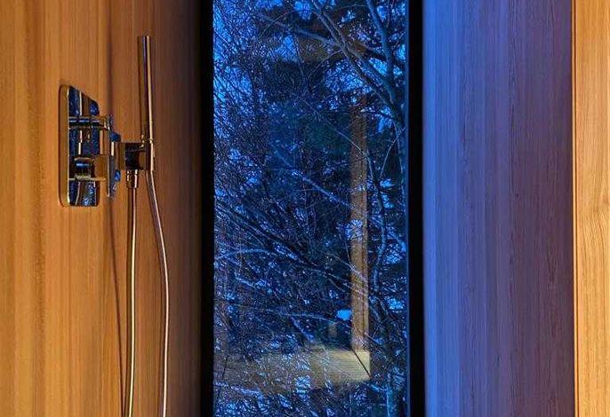 Dusche aus Ulmenholz mit Aussicht