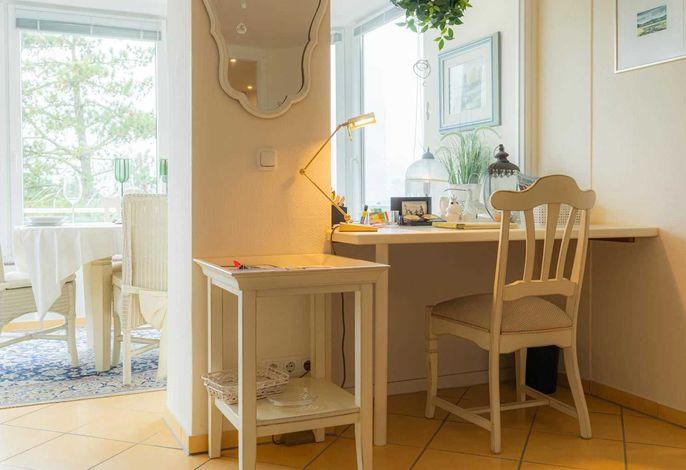Schreibtisch-Ecke mit Meerblick