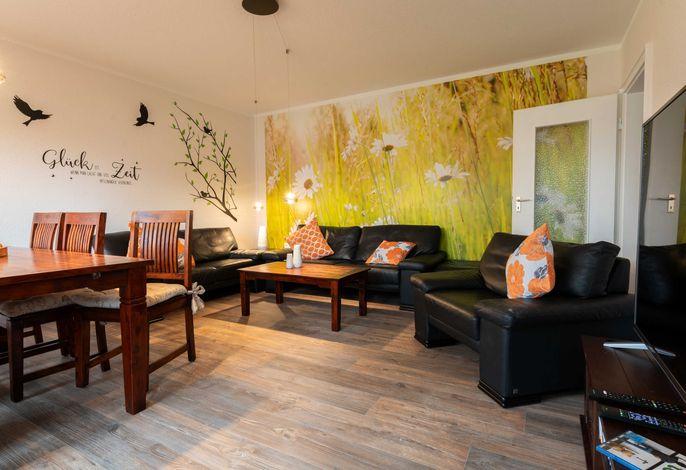 Wohnzimmer mit Couchgarnitur und Eßtisch