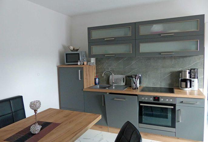 Küchenzeile mit Spülmaschine und Mikrowelle