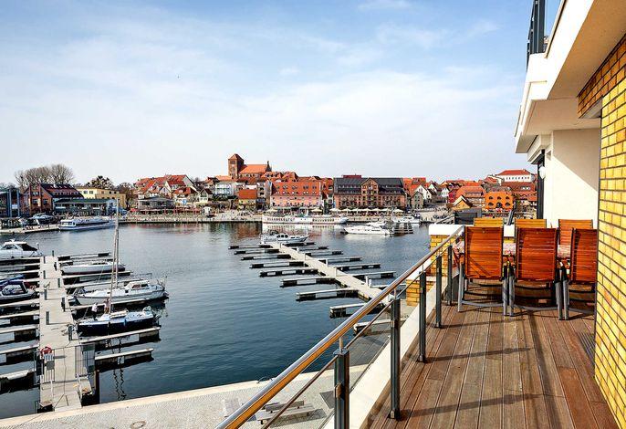 vom großen Balkon aus genießen Sie den unverbauten Blick auf den Hafen